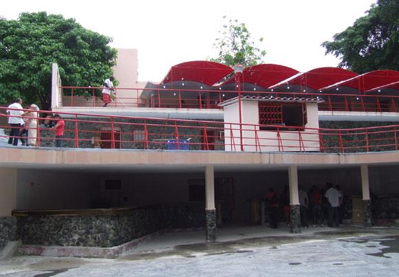 Equipo de trabajadores de Territorial Habana de ARTex, ultimando detalles para la inauguración del Salón Rosado. Foto: Marianela Dufflar