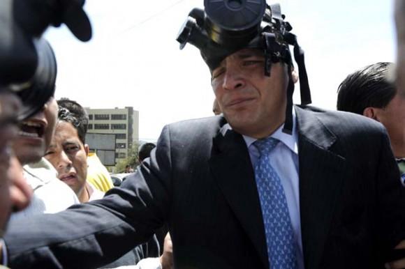 Correa fue atacado con bombas lacrimógenas muy cerca de su rostro. (Foto: AFP)