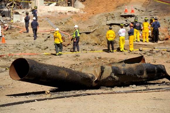 Un tramo de una tubería que transportaba gas natural yace roto en un camino el sábado 11 de septiembre del 2010 en San Bruno, California. (AP foto/Noah Berger)