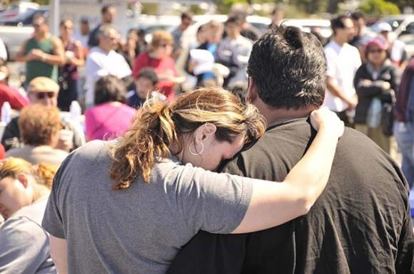 Tina Villareal se recuesta sobre Nelson Alvarado mientras esperan entrar a su hogar hoy, domingo 12 de septiembre de 2010, en San Bruno, California (EEUU). (Foto EFE/JOHN EDELSON)