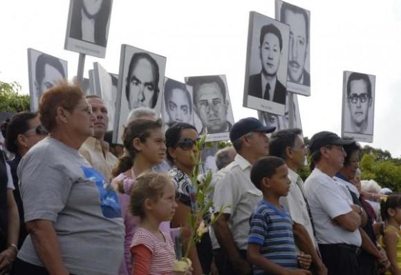 Familiares de las víctimas, jóvenes deportistas, dirigentes del Partido y del INDER y pueblo en general hicieron una peregrinación hasta el Panteón de las Fuerzas Armadas Revolucionarias (FAR), por el Aniversario 34 del Crimen de Barbados, en la Necrópol