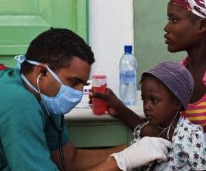medico-cubano-trata-a-pacientes-de-colera-haiti2