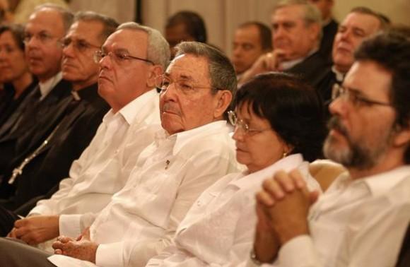 El General de Ejército Raúl Castro Ruz (C), Presidente de los Consejos de Estado y de Ministros de Cuba, durante el acto de apertura del Seminario de San Carlos y San Ambrosio, La Habana, Cuba, el 3 de noviembre de 2010. AIN FOTO/Sergio ABEL REYES