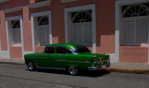 Modelos de vehículos antiguos, de tránsito por la ciudad de Cienfuegos. AIN Foto: Modesto GUTIÉRREZ CABO