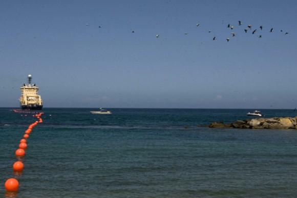 Parte desde La Guaira, Venezuela, barco que enlazará a Cuba a la red de cables submarinos. Foto: EFE