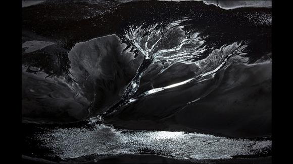 """Esta imagen que lleva el nombre de """"Noche cristalina"""" fue tomada en abril de 2008 en la mina de Río Tinto, en España. Foto: J. Henry Fair/Cortesía: Galería Gerald Peters."""