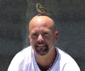 Gerardo Hernández y su pájaro cardenal
