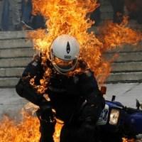 En fotos: policía antidisturbios y manifestantes chocan en Atenas