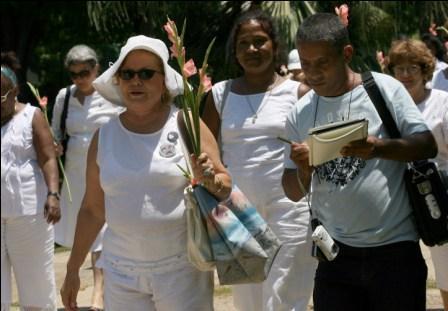 Carlos Serpa, uno de los agentes cubanos, en una manifestación de las Damas de Blanco.