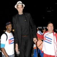 Regresa a Cuba Sultán Kosen, el hombre más alto del mundo
