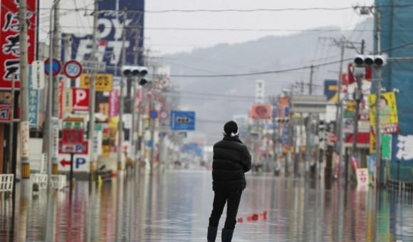 Un hombre mira la destrucción en un área cubierta de agua en Ishinomaki, en la prefectura de Miyagi, Japón. Foto: Getty Images