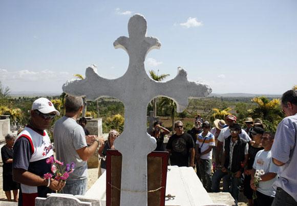 Un alto en la tumba de Tomy. Foto: Ismael Francisco/Cubadebate