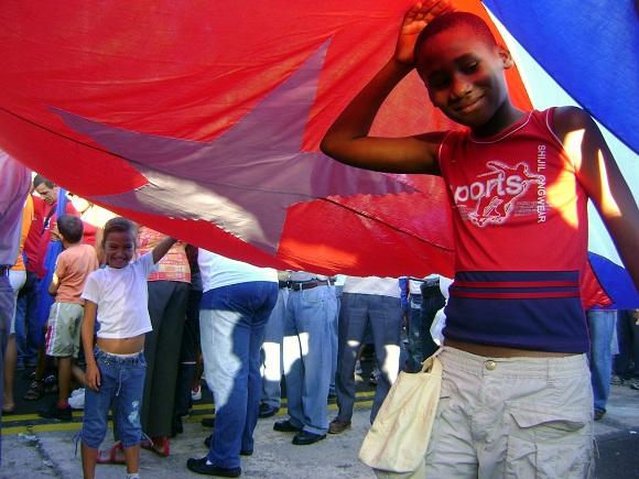 Niños en el desfile por el 1ro de mayo del 2011 en la Plaza de la Revolución de La Habana, Cuba_06