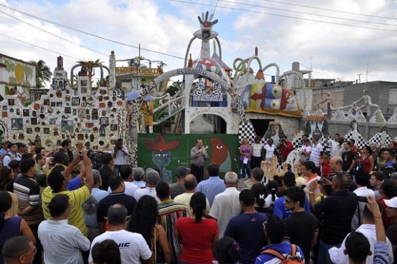 Participantes del III Encuentro Juvenil Internacional de Solidaridad con los Cinco Héroes Cubanos Presos injustamente en cárceles del imperio, durante una visita a la casa taller del artista cubano de la plástica, José Fúster, en Jaimanitas, La Habana, Cuba, el 11 de junio de 2011. AIN FOTO/Abel ERNESTO
