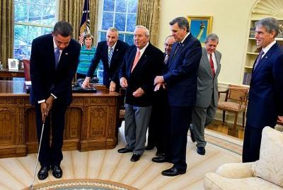 Cuentan que en la Casa Blanca recomendaron a Obama que se buscara un deporte con menos contacto físico que el baloncesto para los ratos libres.