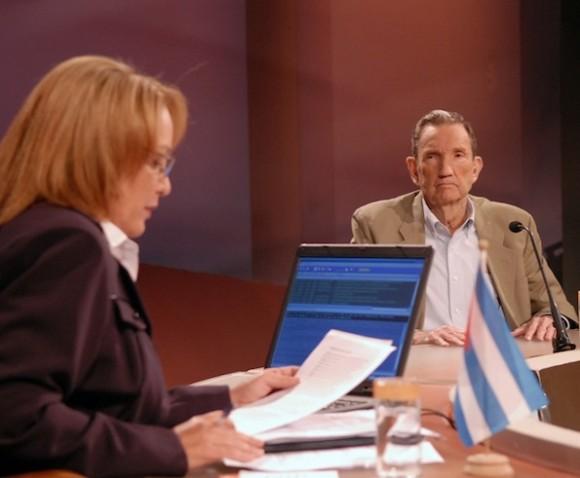 Ramsey Clark y Arleen Rodríguez, en la Mesa Redonda de la Televisión cubana. Foto: Yahíma.