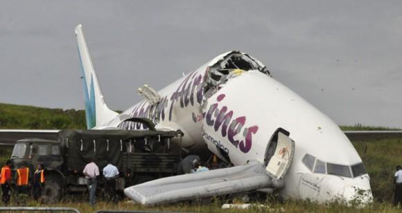 """El """"milagro"""" de Guyana: Un avión se partió en dos al aterrizar y nadie salió herido de gravedad. Foto: Reuters"""