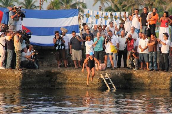 La veterana Diana Nyad a punto de comenzar su travesía de 103 millas entre Cuba y Estados Unidos Foto: Europa Press