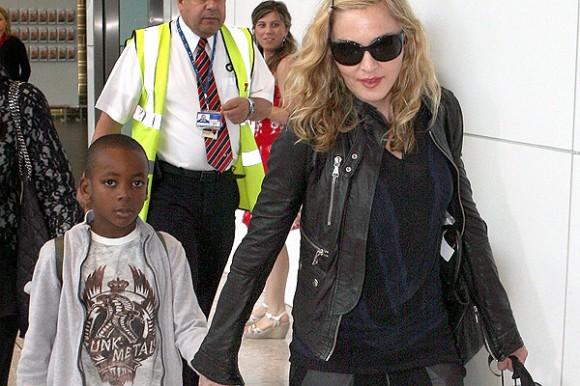El tercer hijo de la cantante, David Banda, fue adoptado en Malawi.