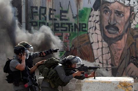 Fuerzas israelíes se enfrentan con manifestantes palestinos cerca del puesto fronterizo de Qalandiya. Decenas de miles salieron ayer a las calles de las principales ciudades de Cisjordania para respaldar la solicitud de reconocimiento del Estado palestino como miembro pleno de la Organización de Naciones Unidas, que el presidente de la ANP, Mahmoud Abbas, ofreció presentar este viernes ante el organismo internacional  Foto Reuters