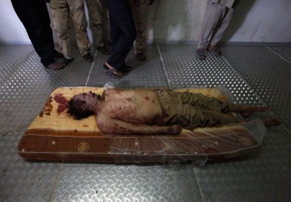 El cádaver del líder libio en un frigorifico.
