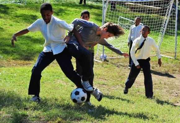 Después del almuerzo hubo muchas actividades afuera, incluyendo un entusiasta juego de futbol entre miembros de La Colmenita y los estudiantes de la Escuela Internacional. Foto: Bill Hackwell