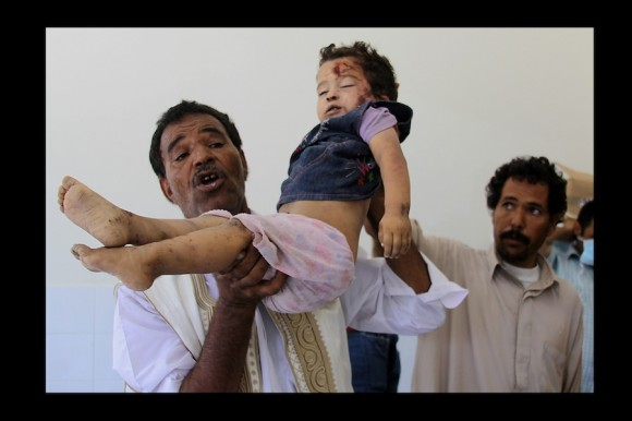 ¨Déjennos vivir en paz¨. Manifestación organizada por Facultad de Artes y Medios Universidad Al Fateh para detener masacre de niñas y niños como **Khuwaildi Hamidi, 4 años. (Trípoli, julio 2011)