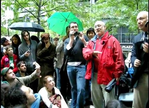 Joseph Stiglitz, Premio Nobel de Economía, estuvo en Zuccotti Park para hablar con los manifestantes, junto a otro economista, Jeff Madrick