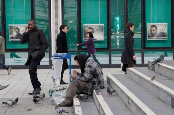 Un mendigo en las escaleras frente al Banco BNP en París, el 10 de noviembre. (Foto: Michel Euler / AP)