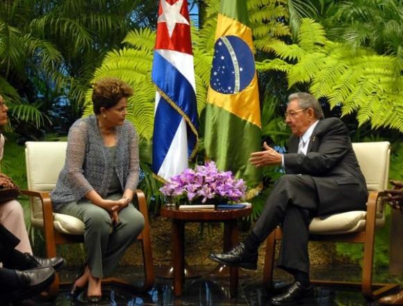 El General de Ejército Raúl Castro Ruz (D), Presidente de los Consejos de Estado y de Ministros, recibió en la mañana de este martes, a la excelentísima señora Dilma Rousseff (I), Presidenta de la República Federativa del Brasil, quien realiza una visita oficial a Cuba, en La Habana, el 31 de enero de 2012.  AIN FOTO POOL/Emilio HERRERA/Prensa Latina/mvh