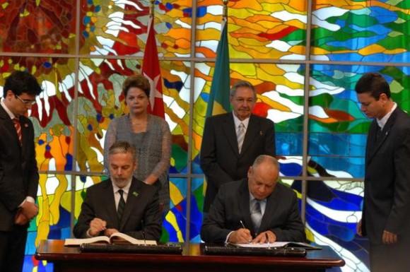 El General de Ejército Raúl Castro Ruz (D detrás), Presidente de los Consejos de Estado y de Ministros y la excelentísima señora Dilma Rousseff (I detrás), Presidenta de la República Federativa del Brasil, quien realiza una visita oficial a Cuba, durante la firma de acuerdos entre los dos países, en La Habana, el 31 de enero de 2012.  AIN FOTO POOL/Emilio HERRERA/