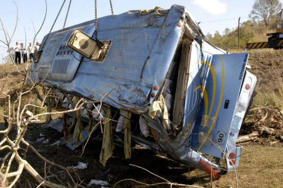 El ómnibus Yutong, que cubría la ruta Camagüey-Matanzas con 48 pasajeros, se volcó en una curva y cayó en una barranca el 02 de marzo de 2012, en  el kilómetro 315 de la Carretera Central, cerca del  poblado de Manajanabo, en Santa Clara, provincia Villa Clara.  AIN   FOTO/Arelys María ECHEVARRIA RODRIGUEZ