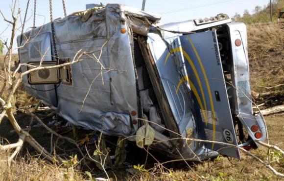 El ómnibus Yutong, que cubría la ruta Camagüey-Matanzas con 48 pasajeros, se volcó en una curva y cayó en una barranca el 02 de marzo de 2012, en  el kilómetro 315 de la Carretera Central, cerca del  poblado de Manajanabo, en Santa Clara, provincia Villa Clara.  AIN   FOTO/Arelys María ECHEVARRIA RODRIGUEZ/