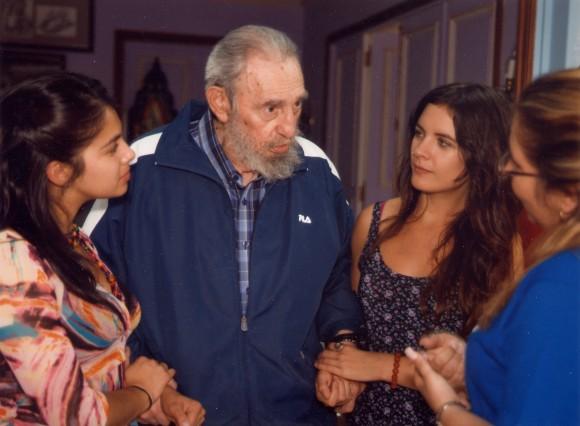 Fidel Castro con Karol Cariola (izquierda), Camila Vallejo y Liudmila Quincoses, primera secretaria de la Unión de Jóvenes Comunistas de Cuba. Foto: El Siglo, Chile