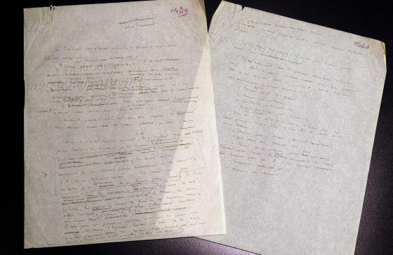 Las dos hojas manuscritas de 'El principito' que subastará la casa ArtCurial. / REMY DE LA MAUVINIERE (AP)