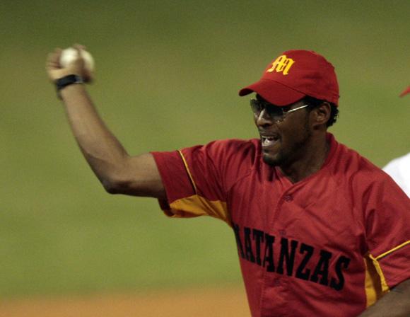 Javier Sotomayor, lanzó la primera bola del partido. Foto: Ismael  Francisco/Cubadebate.