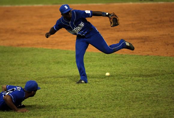 Bola en terreno de nadie. Foto: Ismael Francisco/Cubadebate.