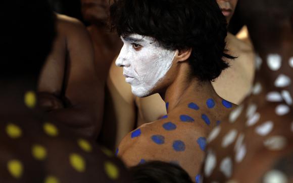 El pintor, escultor y grabador cubano Manuel Mendive presentó su performance Las cabezas, una mascarada en la que actores teatrales, bailarines, coristas y artistas circenses desfilaron a lo largo del Paseo del Prado habanero. Foto: Ismael Francisco/Cubadebate.