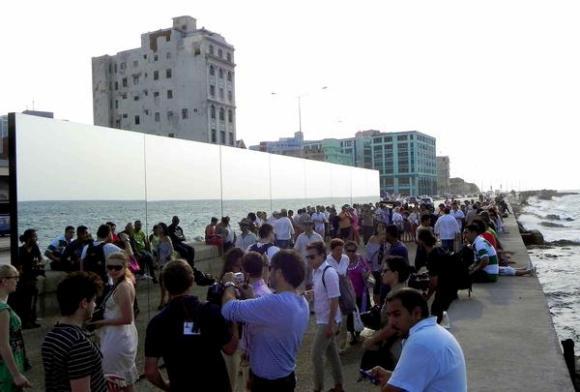 Inauguran la obra Realidad (Happily Ever After) de Rachel Valdés Camejo, con motivo de la Oncena Bienal de La Habana 2012, en el malecón habanero, Cuba. Foto: Tony Hernández Mena/AIN