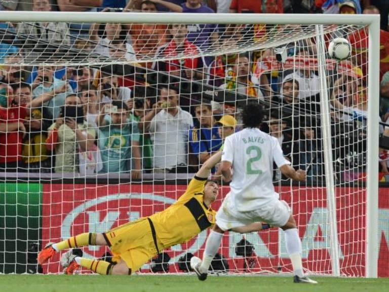 Bruno Alves falla el cuarto penal de Portugal. Foto: AFP