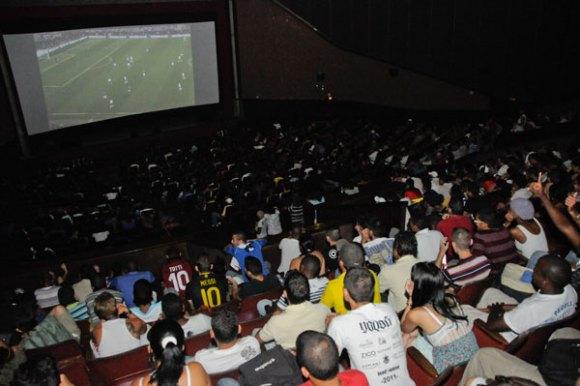 Los goles de la Furia Roja se gritaron en el Cine Yara de Cuba