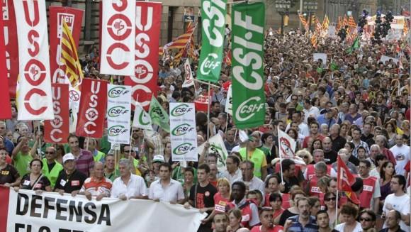 """Encabezada por una pancarta con el lema: """"No callamos. Defiende tus derechos"""", decenas de miles de personas se han manifestado en el centro de Barcelona. Foto: Albert Olivé/EFE."""