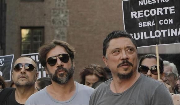 Los actores Carlos y Javier Bardem durante la concentración madrileña. Foto: Kiko Huesca/EFE.