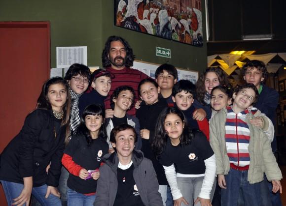 Santiago Feliú con las niñas y niños del grupo musical de La Colmenita Argentina, invitados del trovador para abrir la escena de su primer concierto. Foto: Kaloian.