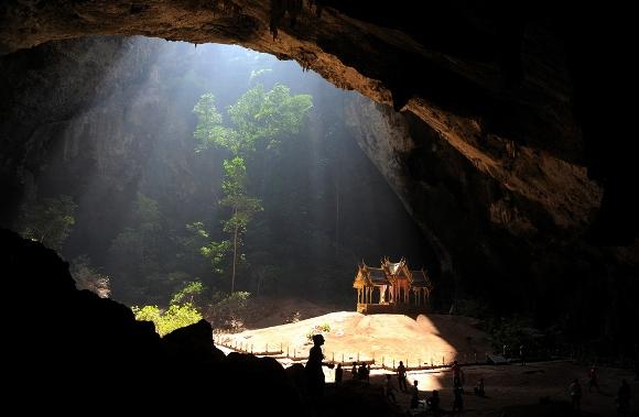 Los turistas visitan el Kuha Karuhas, pabellón situado en el interior de la cueva Phraya Nakhon, en el Parque Nacional Khao Sam Roi Yot , 300 km al sur de Bangkok, Tailandia, el 5 de diciembre de 2010. El pabellón fue construido en 1890 con motivo de una visita a la cueva por el rey Chulalongkorn, abuelo del actual rey Bhumibol Adulyadej. (Christophe Archambault / AFP / Getty Images)