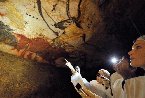 El presidente de Francia, Nicolas Sarkozy y su esposa Carla Bruni-Sarkozy observan las pinturas rupestres en su visita a las cuevas de Lascaux para el 70 aniversario de su descubrimiento en Montignac, Sur-Oeste de Francia, el 12 de septiembre de 2010. (Reuters / Philippe Wojazer)