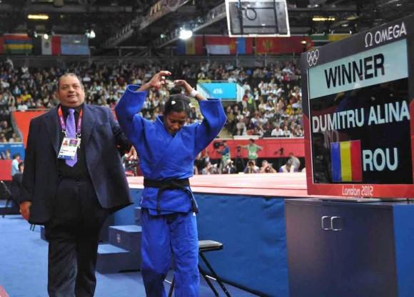 La judoca cubana Dayaris Mestre se retira molesta tras su descalificación. Foto: Ricardo López Hevia