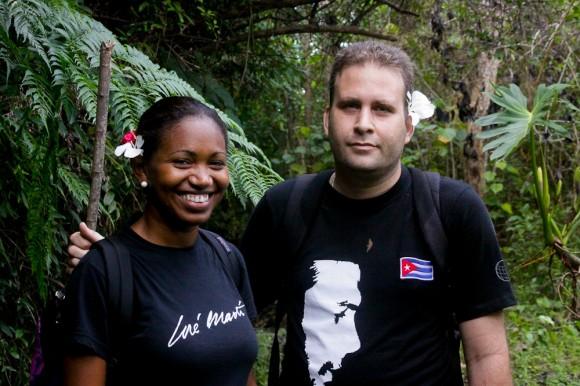 Luis Morlote, presidente de la AHS, junto a Indira en el asenso al Pico Turquino. Foto: Alejandro Ramírez Anderson/Cubadebate.