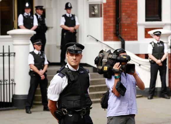 La Policía frente a la Embajada.