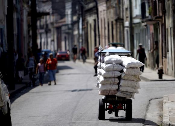 Bicitaxi en calle camagüeyana. Foto: Ismael Francisco/Cubadebate